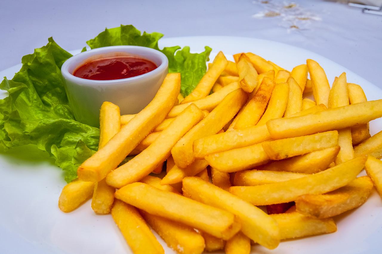 Картофель фри и соус